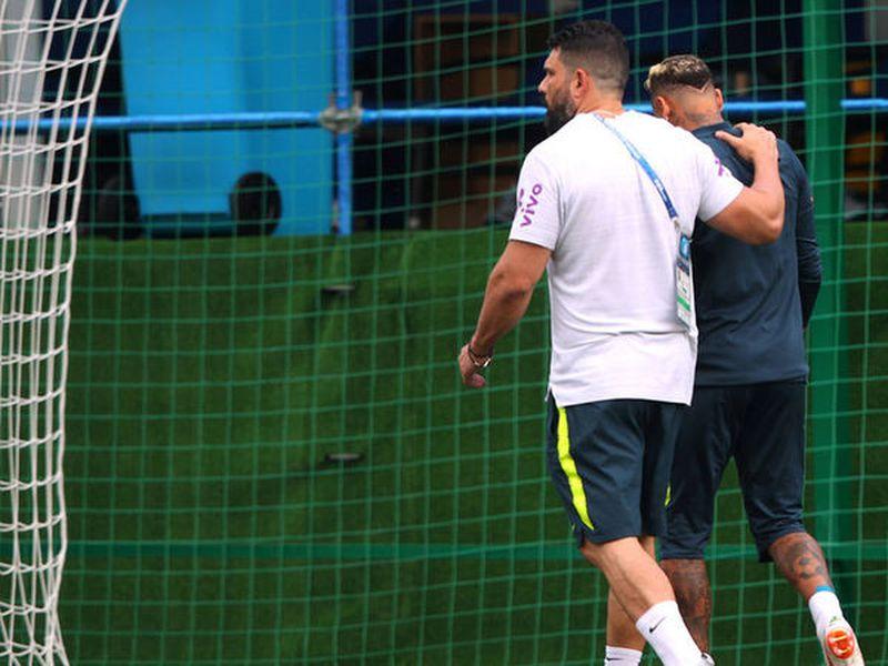 Neymar no pudo aguantar el entrenamiento de Brasil, a consecuencia de los dolores por las faltas que recibió ante Suiza (Foto: telecinco.es)
