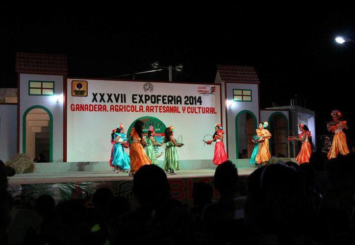 Participaron los grupos de danza en la explanada de los eventos culturales. (Raúl Balam/SIPSE)