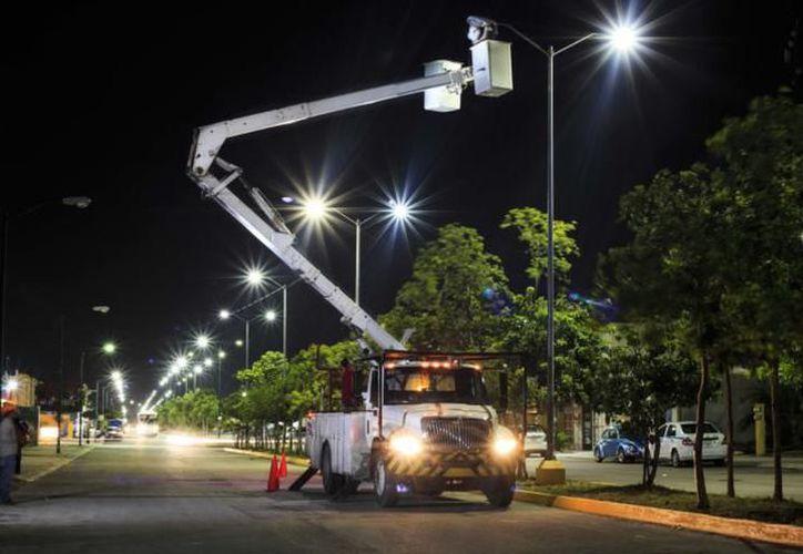 Puerto Morelos realiza la sustitución de focos amarillos de 250 watts, por luminarias Led de 50 watts. (SIPSE)