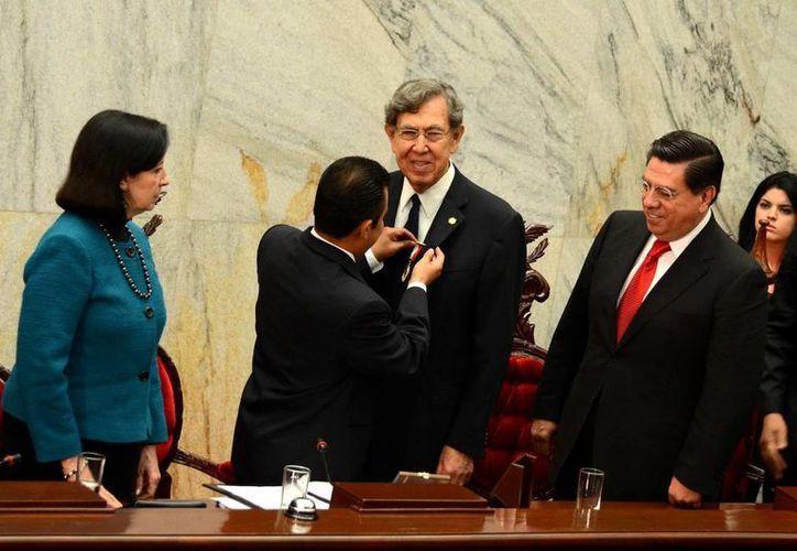 Cuauhtémoc Cárdenas recibe la medalla 'Bicentenario de los Sentimientos de la Nación', que no tendrá otro recipiendario. (Notimex)