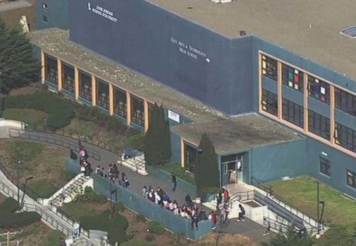Toma aérea del June Jordan School for Equity, en San Francisco, frente a donde se registró un tiroteo con saldo de cuatro estudiantes heridos. (abcnews.go.com)