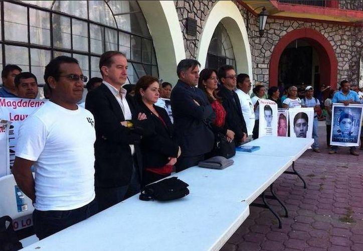 Imagen de la reunión que sostuvieron los padres de los normalistas con los especialistas de la CIDH. (Twitter/@Tlachinollan)