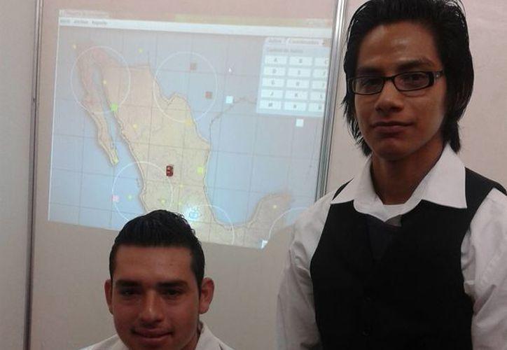 Eliseo Vázquez Muñoz y Juan Francisco Cardos Medina, estudiantes de sexto semestre de la carrera de Ingeniería en Sistemas Computacionales. (Tomás Álvarez/SIPSE)