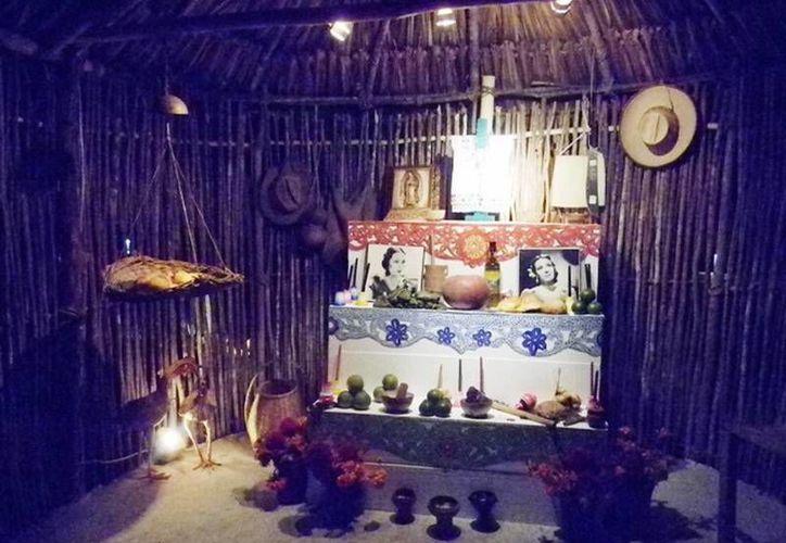 En el altar, es expuesta la figura de una cruz vestida con un hipil, que simboliza el espíritu libertario del pueblo maya. (Redacción/SIPSE)