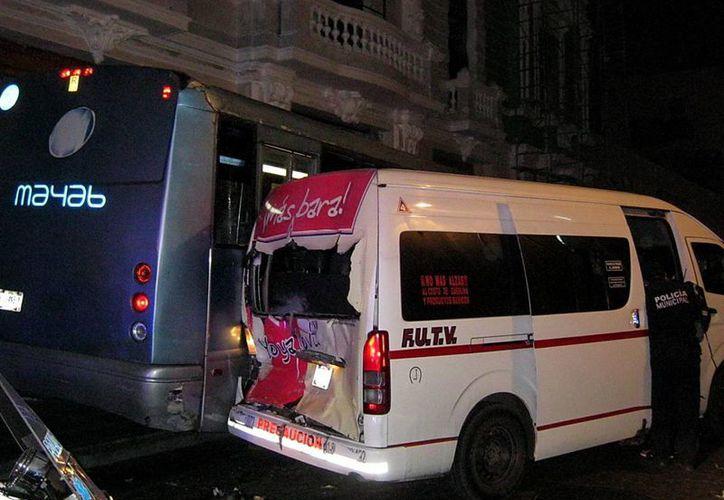 El autobús y la combi involucrados en el accidente. (Emmanuel Palomo/SIPSE)