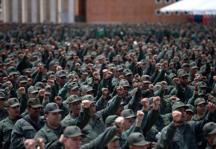 Militares se reúnen en el fuerte de Tiuna, en Caracas; el presidente Nicolás Maduro ha ordenado la 'activación' de los cuerpos militares, tras las declaraciones del presidente Barack Obama, quien dijo que el país sudamericano es una amenaza. (Archivo/AP)