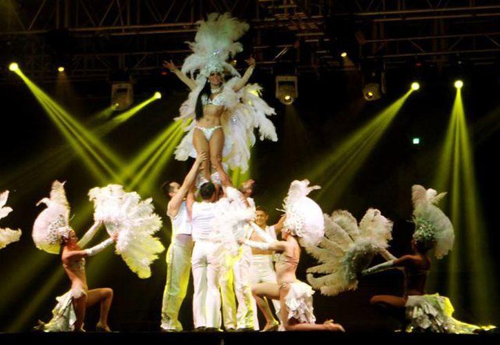 Maribel Guardia, con gran belleza y aptitud para el baile y canto, se llevó los aplausos del público. (Christian Ayala/SIPSE)