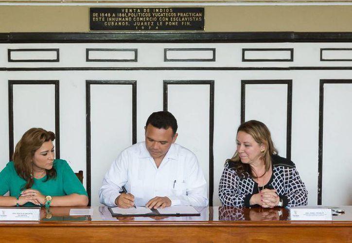El gobernador Rolando Zapata Bello firma el convenio con Unicef y Redim. (SIPSE)