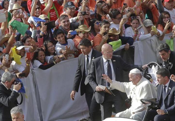Miles de personas en el Estadio Morelos esperaron ansiosos el mensaje de Su Santidad. (AP)