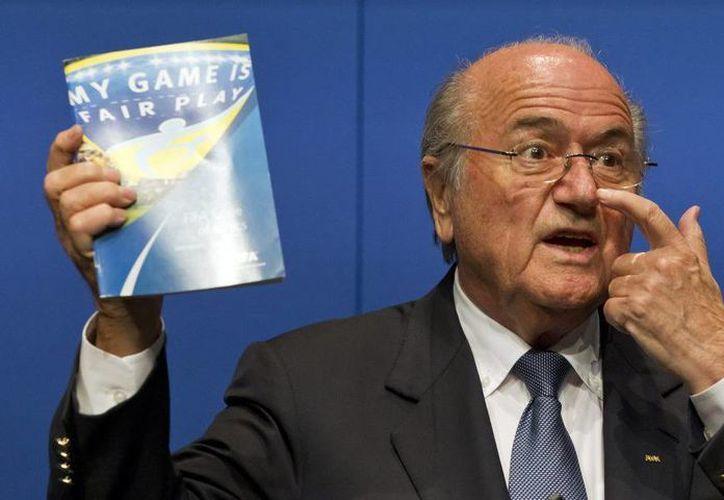 El presidente de la FIFA, Joseph Blatter (Imagen), y quien fue alguna vez su protegido, Michel Platini, el titular de la UEFA, fueron expulsados del deporte por conflicto de intereses y otras violaciones relacionadas con un acuerdo de pago de casi 2 millones de dólares que también es objeto de una investigación penal en Suiza. (Archivo AP)