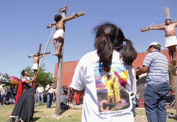 Las tres cruces frente a la Iglesia de la Purísima Concepción de Baca, en uno de los momentos culminantes de la representación. (Juan Carlos Albornoz/SIPSE)