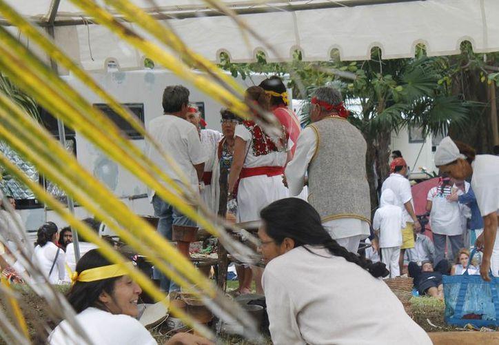 Los dignatarios de otros pueblos originales fueron invitados por los guardianes de preservar las tradiciones de los mayas. (Jesús Tijerina/SIPSE)