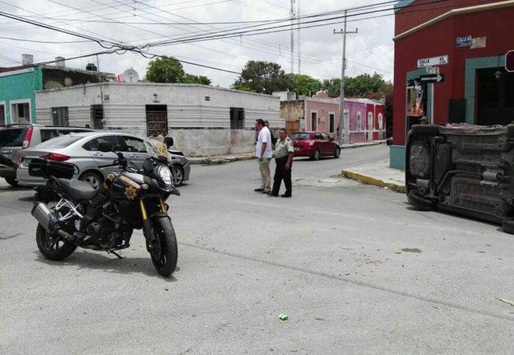 Volcado terminó  un vehículo Aveo cuyo conductor no respetó las señales de tránsito. (Jorge Acosta/Milenio Novedades)