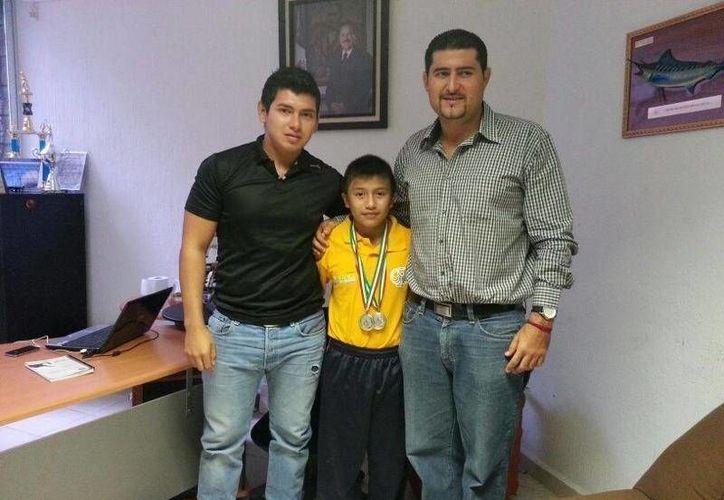Johan López Chan visitó el Instituto del Deporte con sus medallas. (Raúl Caballero/SIPSE)