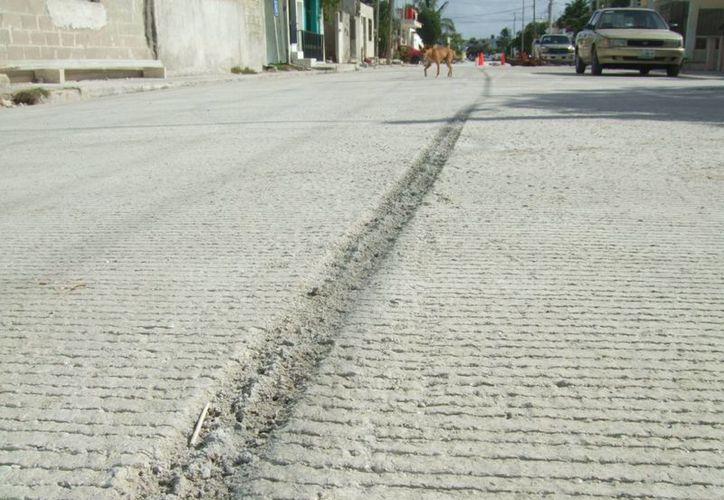 La pavimentación en la colonia Francisco I. Madero, en Progreso, ha sufrido diversos contratiempos, entre ellos las manchas o marcas hechas por descuido o a propósito. En la foto, marcas de moto. (Milenio Novedades)