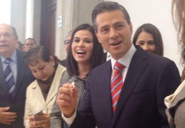 El presidente Peña Nieto sacó un niño de la rosca antes de ir al Aeropuerto de la Ciudad de México. (Silvia Arellano/Milenio)
