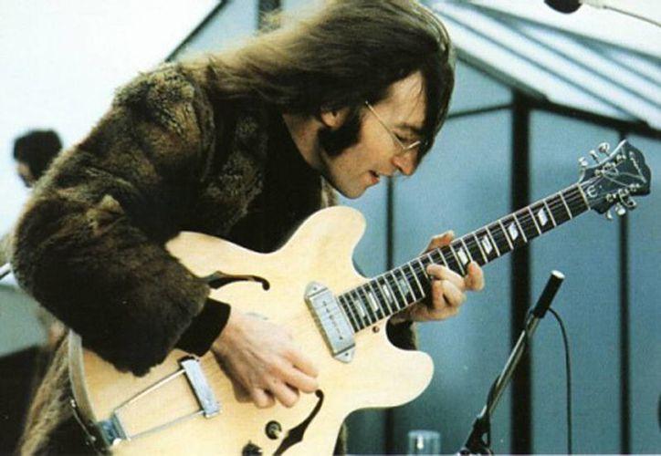 """La guitarra fue usada por Lennon en 1967 para una sesión de video de la canción """"Hello, Goodbye"""". (EFE)"""