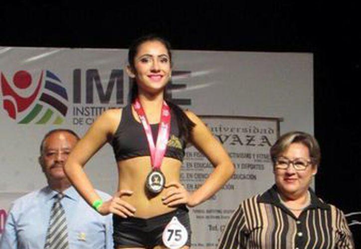 Verónica Abreu López tras ser premiada en el Campeonato Nacional de Fitness Atlético, en Morelia, Michoacán. (Milenio Novedades)