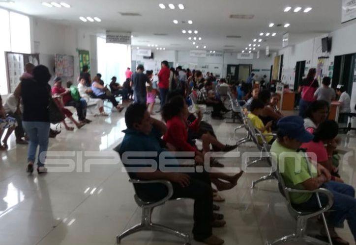 Los familiares esperan en las salas de espera y no pueden interactuar con los enfermos. (Imagen ilustrativa tomada de archivo)