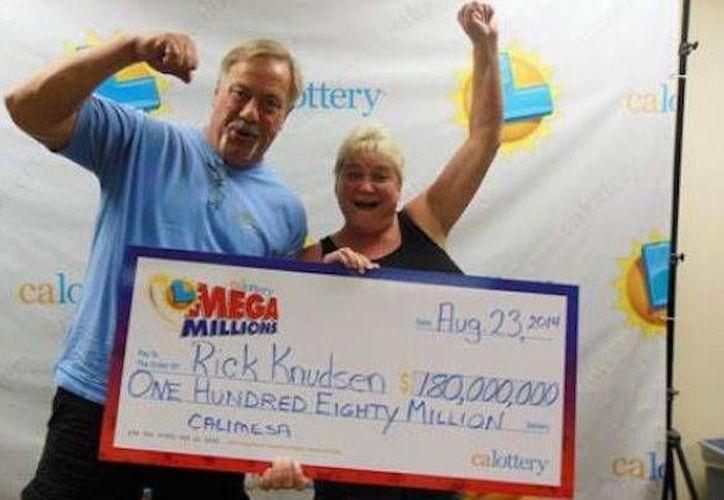 Rick Knudsen y su esposa Lorie celebran en la oficina de la lotería en San Bernardino, el miércoles 3 de septiembre. (Foto: www.lotterypost.com)