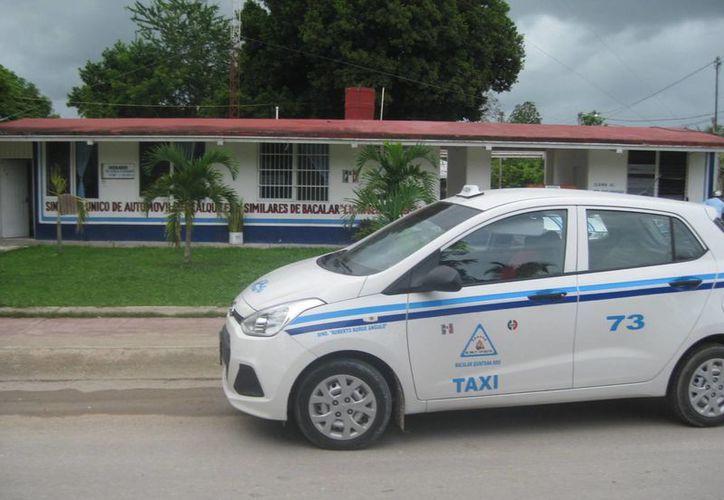 Taxistas de Bacalar y Chetumal se pelean el pasaje. (Javier Ortiz/SIPSE)