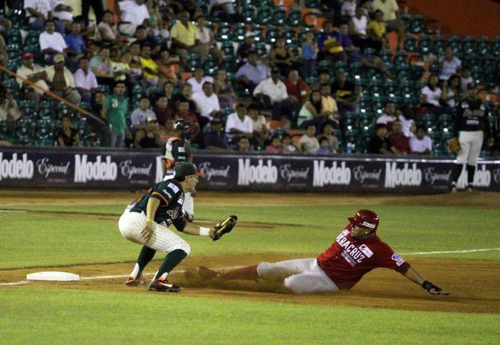 El aguilucho Jorge Guzmán queda fuera en la tercera base. (Christian Ayala/SIPSE)