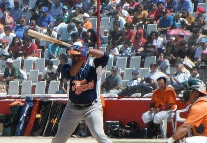 Carlos Sievers en su turno al bat. (Cortesía/SIPSE)