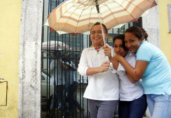 La lluvia de ayer afectó las actividades cotidianas en la capital meridana. (Christian Ayala/SIPSE)