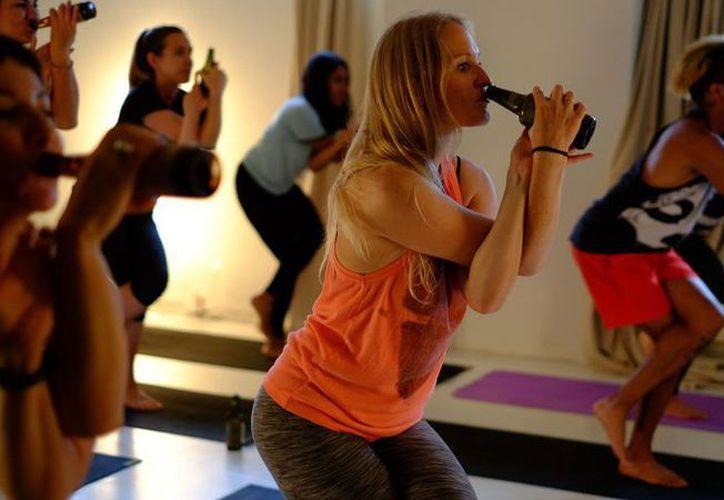 """""""yoga cerveza"""" una nueva categoría de esta disciplina en la que sus aprendices pueden beber mientras se ejercitan. (López Dóriga Digital)"""
