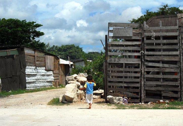 La mayoría de las viviendas en los asentamientos irregulares resultan endebles ante las precipitaciones. (Tomás Álvarez/SIPSE)