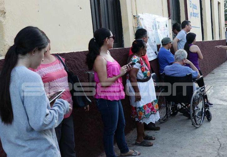 Desde muy temprano los yucatecos ya se encontraban en las filas para ingresar a emitir su voto. (Milenio Novedades)