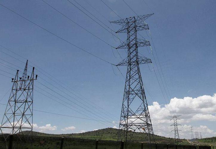 De acuerdo con Banxico, la reforma energética ha contribuido a la baja en la inflación anual. La imagen, de torres de alta tensión, está utilizada sólo con fines ilustrativos. (Archivo/NTX)