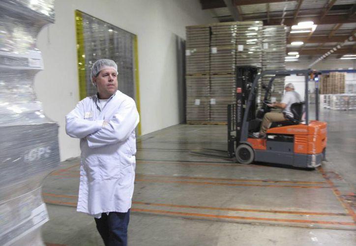 El gerente general de Caro Nut Co. Todd Crosswell supervisa el movimiento de cargas en la planta procesadora de la empresa en Fresno, California. (Agencias)