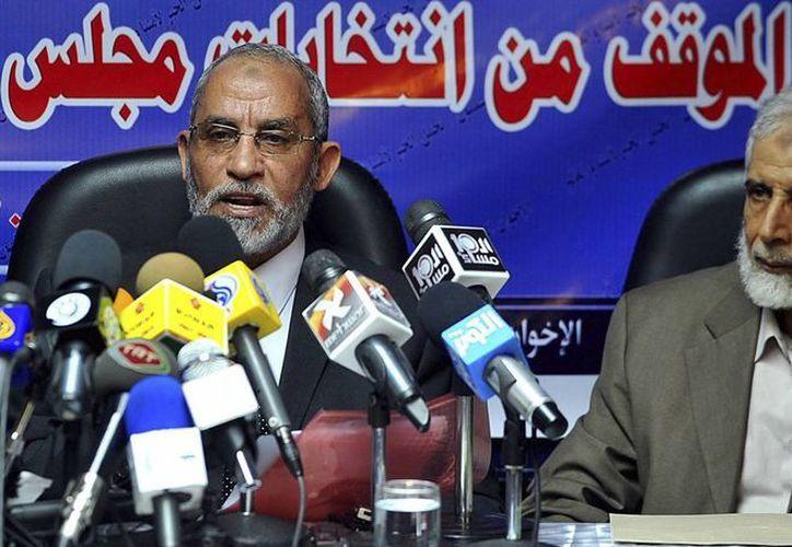 El líder espiritual Mohamed Badía (izq), junto a Mahmoud Ezzat, durante una rueda de prensa en El Cairo, Egipto, en octubre de 2010. (EFE)