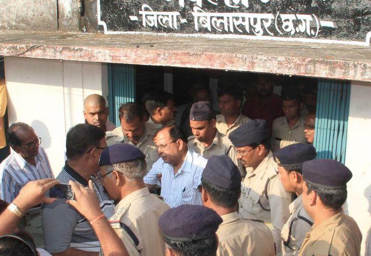 Imagen del médico indio RK Gupta (c-camisa azul), que realizó las operaciones de esterilización en la India, durante una audiencia en la corte en Bilaspur, Chhattisgarh, India. (EFE)