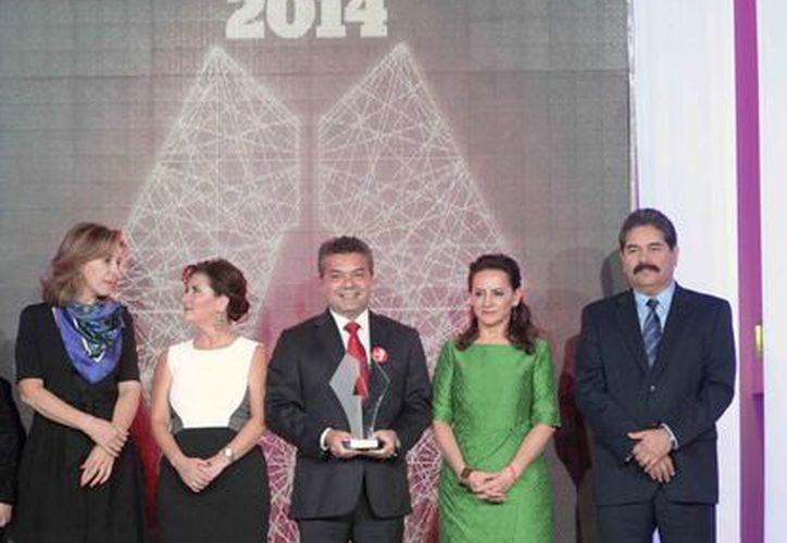 El presidente municipal de Solidaridad, Mauricio Góngora Escalante, recibió el premio a las Mejores Prácticas de Gobiernos Locales 2014. (Redacción/SIPSE)