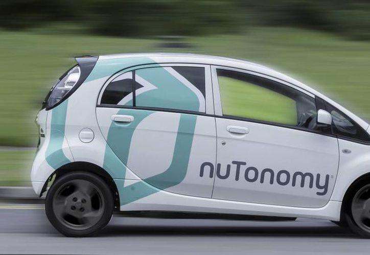 Los vehículos llevarán un operador humano detrás del volante, por si es necesaria su intervención. (El País).