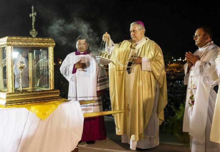 La reliquia de Juan Pablo II fue exhibida, en la foto monseñor Emilio Carlos Berlie Belaunzarán. (Milenio Novedades)