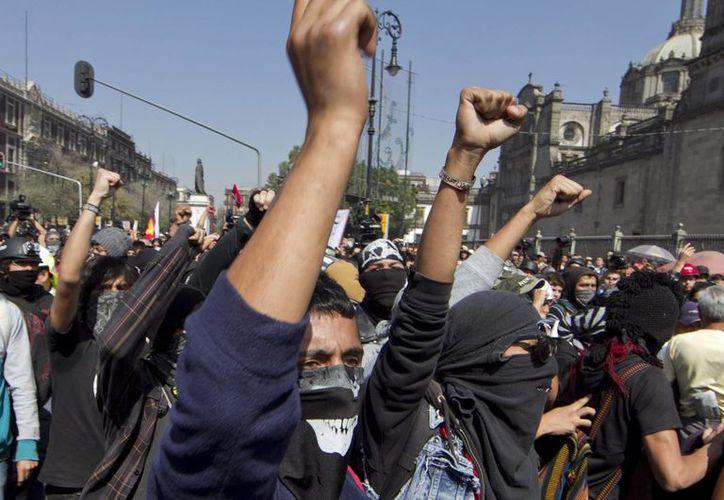 Los manifestantes fueron confrontados por granaderos. (Notimex)