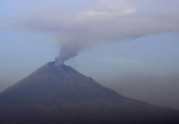 El volcán Popocatépetl visto desde la ciudad de Puebla en una exhalación de vapor de agua y ceniza, esta mañana. (Notimex)