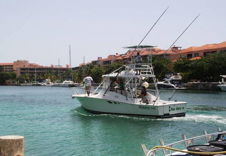 La embarcación, llegó el sábado a la marina de Puerto Aventuras, que es usada para practicar deportes acuáticos. (Octavio Martínez/SIPSE)