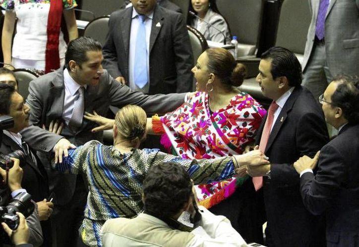 Senadores, diputados, gobernadores y dirigentes de partidos son protagonistas 'honorarios' de los pleitos políticos más recordados del 2015. (Imagen de contexto/ Notimex)