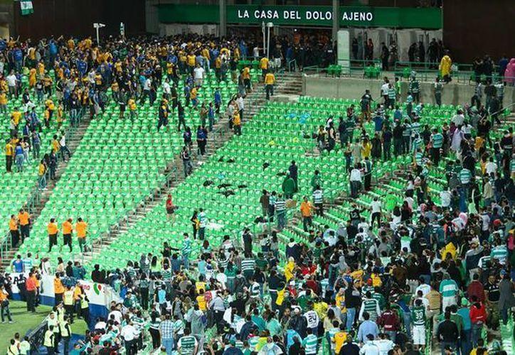 Una violenta noche se vivió este sábado en la casa del Santos tras una riña entre pseudoaficionados del club lagunero y de los Tigres de la UANL. (Imagen tomada de futboltotal.com)