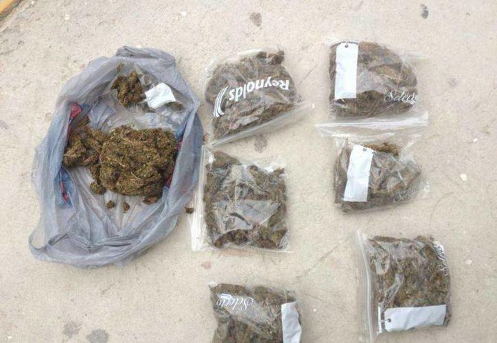 El detenido tenía en su poder una bolsa grande y cinco bolsitas con yerba seca, presuntamente marihuana.  (Redacción/SIPSE)