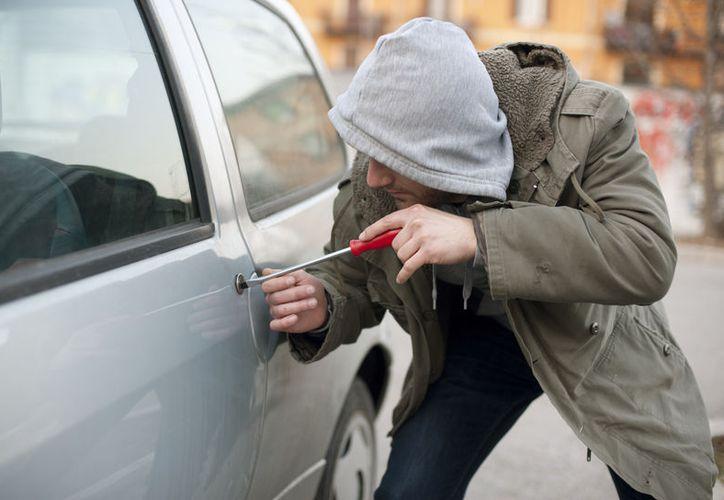 Personas golpean a tres presuntos ladrones de autos en Puebla. (Contexto/Internet).