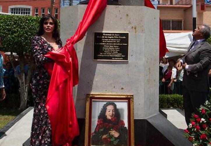 En el 101 aniversario del natalicio de María Félix, la actriz y cantante Lucía Méndez ayudó a inaugurar una estatua en honor a 'La Doña'. (Notimex)