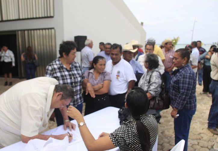 Personajes que en su momento encabezaron cargos públicos, familiares y amigos se presentaron en la Explanada de la Bandera del Palacio Legislativo. (Jorge Carrillo/SIPSE)