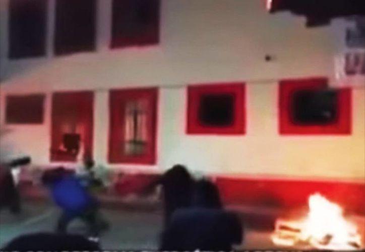 En septiembre pasado, pobladores de Axochiapan saquearon la presidencia municipal y la quemaron en protesta por el asesinato de un joven a manos de policías del lugar. (Captura de pantalla de Youtube)