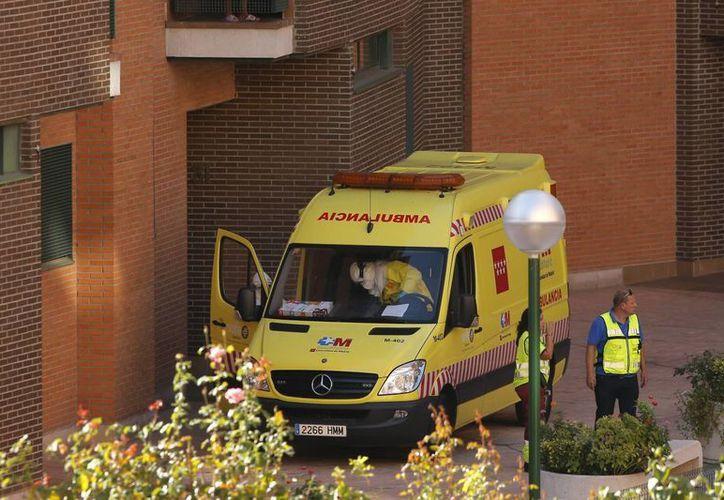 Una ambulancia se observa este miércoles 8 de octubre afuera del hospital Carlos III donde se encuentra internada Teresa Romero, primera mujer infectada de ébola en España.  (Foto: AP)