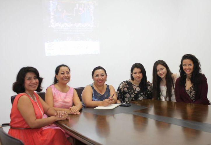 Las cantantes y promotores del evento ofrecieron una conferencia de prensa. (Faride Cetina/SIPSE)